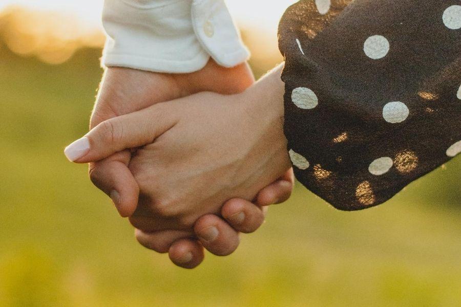 מפגש בין משפחות - מיכל מינצר - מגזין גלויה