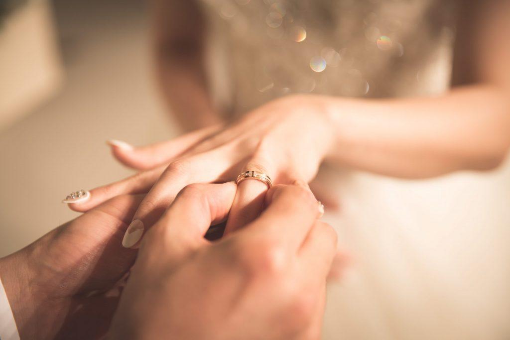 טקס נישואין - האם יש טקס חתונה שיוויוני בהלכה - מגזין גלויה - חורש אל עמי- הרבנית שרה סגל-כץ Rabbanit Sarah Segal-Katz