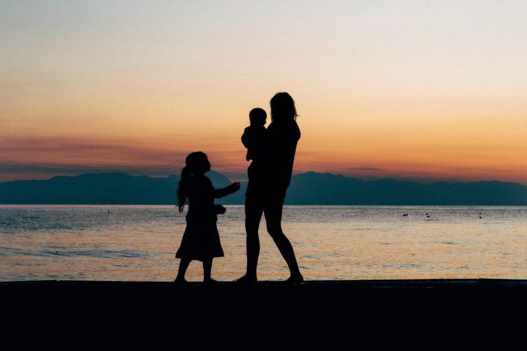 חווית האם היחידנית - בת שבע פורת - מגזין גלויה