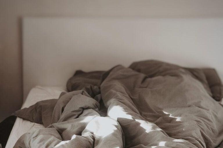בקצה השינה - טל ניצן - מגזין גלויה